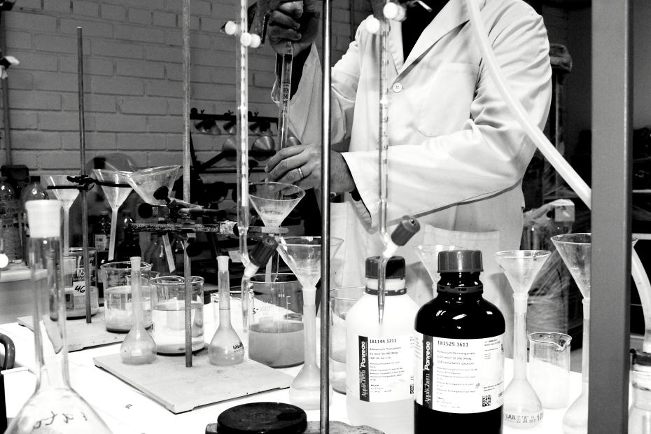 química trabajando bn.JPG